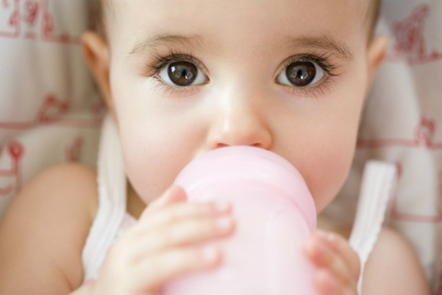 Чому дитина часто зригує? Все про зригування у немовлят