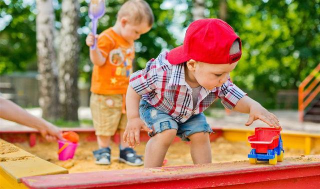 Коли дитина навчиться ділитися іграшками