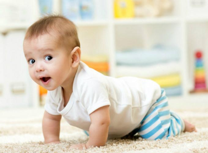 У якому віці немовлята починають плазувати